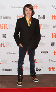 Kodi Smit-McPhee, at the 'Let Me In' premiere, paired his shirt and blazer with dark blue faded skinny-fit jeans.