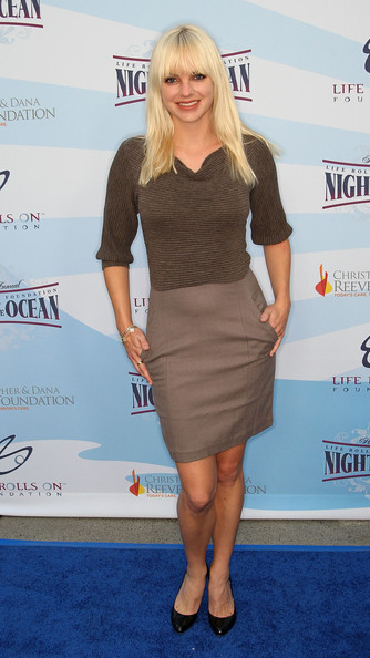 Anna Faris looked mature in black leather pumps.