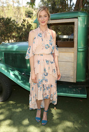 Caitlin Fitzgerald coordinated her dress with a pair of teal ankle-tie sandals.