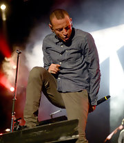 Chester Bennington paired a gray chambray shirt with chinos for a performance at the Home Depot Center.