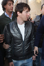 Soccer star Lionel Messi wore a black down jacket while traveling in Milan.
