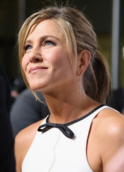Jennifer Aniston attended the 'Cake' premiere wearing her hair pulled back into a messy-chic ponytail.