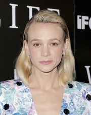 Carey Mulligan wore her hair in a mid-length bob with the sides tucked behind her ears at the LA premiere of 'Wildlife.'