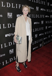 Mamie Gummer styled her outfit with a printed clutch.