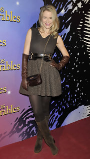 Maria Leon completed her tonal ensemble with a pair of brown suede boots.