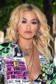 Rita Ora rocked messy curls at the Louis Vuitton Menswear Spring 2019 show.