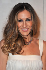 Sarah Jessica Parker wore her hair in loose messy curls during Paris fashion week.