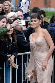 Penelope Cruz paired a nude satin clutch with an embellished one-sleeve dress for the San Sebastian Film Festival photocall for 'Loving Pablo.'