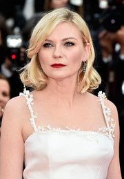 Kirsten Dunst wore her short hair loose with curly ends during the Cannes premiere of 'Loving.'