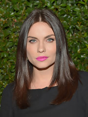 Jodi Lyn O'Keefe kept her look simple from head to toe, including this center-parted straight 'do.
