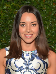 Aubrey Plaza wore her hair in a simple center-parted straight style at the Vogue and MAC Cosmetics dinner.