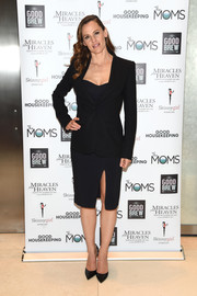Black patent pumps sealed off Jennifer Garner's monochromatic ensemble.