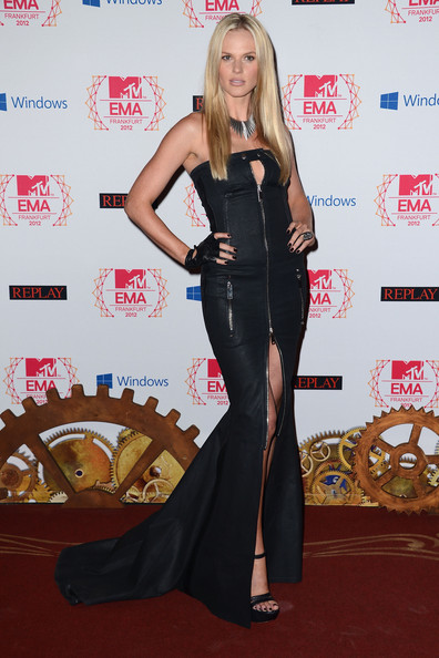 Anne V certainly knows how to make a statement on the red carpet. A zippered leather cutout dress is a good place to start!