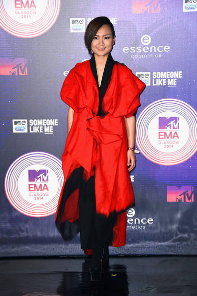 Bibi Zhou played up her exotic looks with this kimono-inpsired red and black dress during the MTV EMAs.