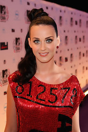 Katy Perry wowed us at the MTV Europe Music Awards. She finished off her sleek ponytail with bold false eyelashes that really made her pop.