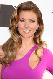 Audrina wore a side-parted, wavy do that complemented her asymmetrical ensemble.