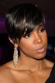 Kelly Rowland accented her edgy haircut with chain embellished gold earrings.