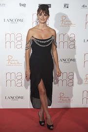 Penelope Cruz was all about vintage glamour at the 'Ma Ma' Madrid premiere in a black Chanel Couture off-the-shoulder dress with a bedazzled neckline.