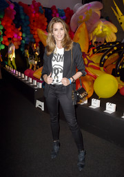 Cindy Crawford topped off her ensemble with a black leather shoulder bag by Moschino.