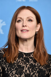 Julianne Moore sported a simple center-parted 'do with barely-there waves when she attended the photocall for 'Maggie's Plan.'