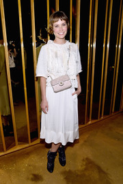 Oh Land styled her outfit with a quilted nude shoulder bag by Chanel.