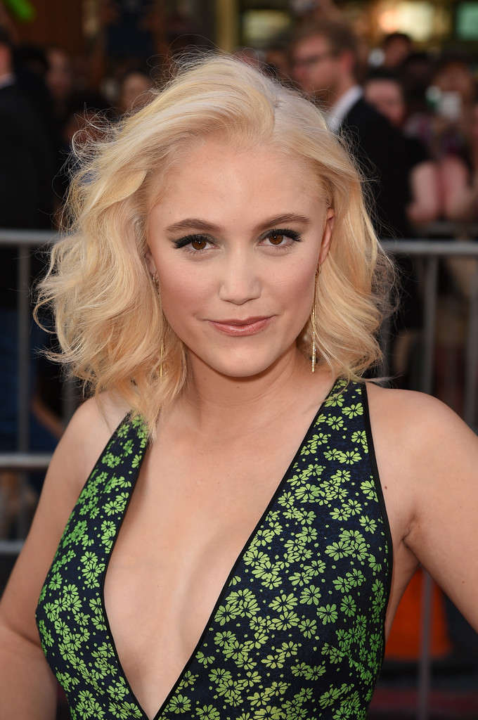 Maika Monroe Medium Wavy Cut Hair Lookbook Stylebistro