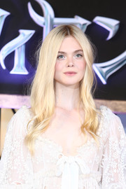 Wearing this enchanting center-parted, wavy hairstyle, Elle Fanning looked every bit the beautiful princess at the 'Maleficent' premiere in Tokyo.