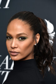 Joan Smalls brightened up her beauty look with green eyeshadow.