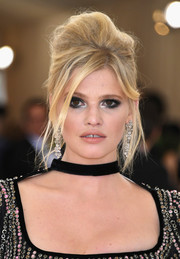 Lara Stone attended the Met Gala wearing a beehive that was given an edgy-glam update!