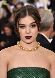 Hailee Steinfeld amped up the edge factor with dark lipstick and heavily shadowed eyes.