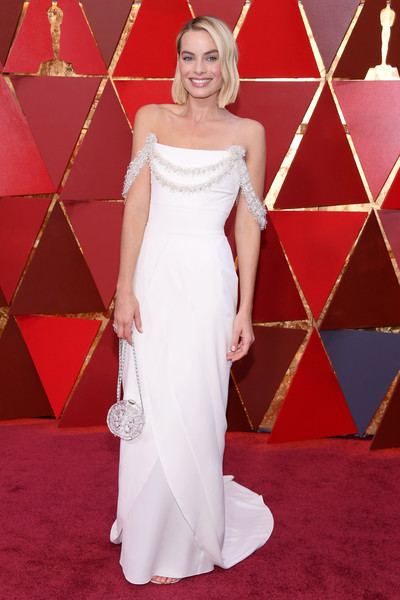 Margot Robbie Chain Strap Bag [gown,wedding dress,flooring,dress,bridal clothing,carpet,beauty,red carpet,cocktail dress,lady,arrivals,margot robbie,academy awards,hollywood highland center,california,90th annual academy awards,margot robbie,90th academy awards,dolby theatre,hollywood highland,academy awards,i tonya,red carpet,oscar party,academy award for best actress,actor]