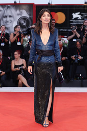 Alessandra Mastronardi complemented her gown with a pair of navy T-strap sandals.