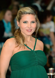 Elsa Pataky arrived at the 'Avengers' premiere in London wearing her blond hair in a low loose ponytail.