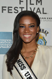 Leila Lopes applied a shimmery bright blue eyeshadow for 'The Avengers' premiere.
