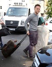 Olly Murs arrived at the prep of a wedding with huge luggage.