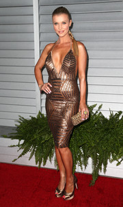 A textured gold clutch finished off Joanna Krupa's high-shine ensemble.