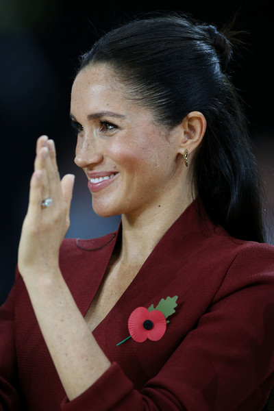 Meghan Markle Gold Dangle Earrings [hair,lady,chin,smile,gesture,ear,meghan markle,harry,sussex,australia,duchess,cities,duke,duke and duchess of sussex visit,invictus games,final,meghan duchess of sussex,wedding of prince harry and meghan markle,2018 invictus games,model,bun,duke of sussex,2018,hairstyle,royal tours of canada by the canadian royal family]