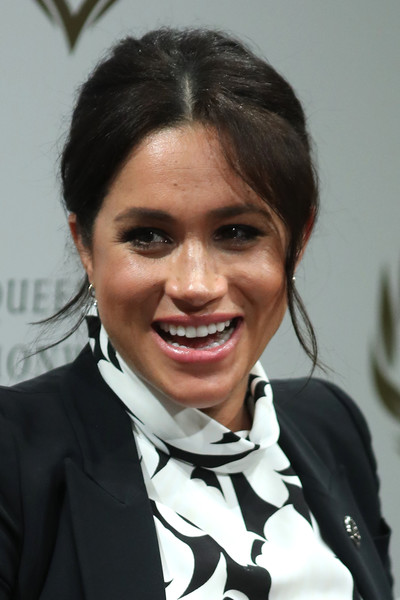 Meghan Markle Loose Bun [hair,hairstyle,forehead,smile,black hair,white-collar worker,meghan,queen,sussex,duchess,england,london,duchess of sussex joins a international womens day panel discussion,commonwealth trust,panel discussion,international womens day]