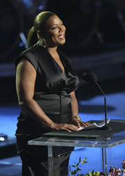 Queen Latifah's sleek ponytail streamlines her look.