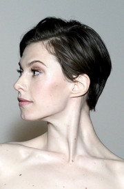 Elettra Wiedemann stayed casual with this short side-parted hairstyle at the 'Met Presents: Charles James' exhibit.