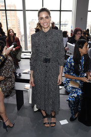 Amanda Peet completed her outfit with a pair of black and silver cross-strap sandals.