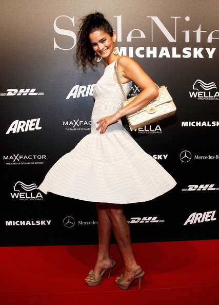 Shermine Shahrivar matched her white dress with a classic quilted shoulder bag.