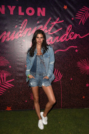 Sara Sampaio made denim on denim look so effortlessly stylish with this jacket and shortalls combo.
