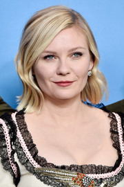Kirsten Dunst wore a retro wavy hairstyle at the 'Midnight Special' photocall.