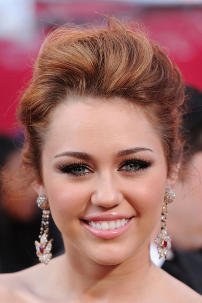 Miley Cyrus False Eyelashes [hair,face,eyebrow,hairstyle,blond,chin,eyelash,lip,forehead,beauty,arrivals,miley cyrus,singer,hollywood,california,kodak theatre,82nd annual academy awards]