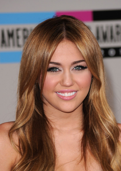 Miley Cyrus Pink Lipstick [hair,face,hairstyle,blond,eyebrow,hair coloring,brown hair,chin,layered hair,beauty,arrivals,miley cyrus,american music awards,los angeles,california,nokia theatre l.a. live]