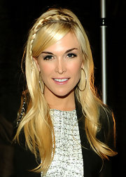 Tinsely showed off her blond locks, which she accented with a cute side braid.
