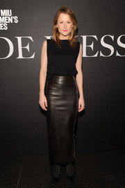 A long brown leather skirt finished off Mamie Gummer's outfit in edgy-chic style.