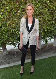 Julie Bowen complemented her outfit with a simple black leather clutch.