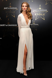 Rosie Huntington-Whiteley wore a stunning pendant set with three pear-shaped diamonds at the Moet & Chandon Etoile Award gala ceremony. In addition, she wore diamond flower earrings and a high jewelry diamond watch.